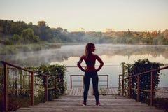 Δρομέας κοριτσιών πριν από το πρωί από τη λίμνη στο πάρκο μέσα Στοκ Εικόνα