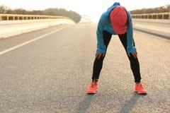 Δρομέας που παίρνει ένα υπόλοιπο μετά από να τρέξει σκληρά στο δρόμο πόλεων στοκ φωτογραφία με δικαίωμα ελεύθερης χρήσης
