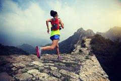 Δρομέας που τρέχει στο Σινικό Τείχος στην κορυφή του βουνού στοκ φωτογραφίες