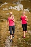 Δρομέας - cros τρεξιμάτων γυναικών χώρα σε μια πορεία το πρώιμο φθινόπωρο Στοκ Εικόνες
