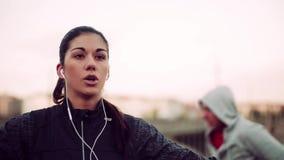 Δρομείς κατάλληλοι ζευγών που κάνουν την άσκηση υπαίθρια στη γέφυρα στην πόλη της Πράγας απόθεμα βίντεο