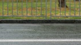 Δρομείς κατά τη διάρκεια του μαραθωνίου ενώ βρέχει τα πόδια αθλητών κλείνουν επάνω φιλμ μικρού μήκους