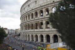 Δρομείς μαραθωνίου κοντά στη γραμμή τερματισμού στο στάδιο Colosseum της Ρώμης, Ιταλία στοκ εικόνα με δικαίωμα ελεύθερης χρήσης