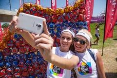 Δρομείς που έχουν τη διασκέδαση στο τρέξιμο χρώματος στοκ φωτογραφία με δικαίωμα ελεύθερης χρήσης