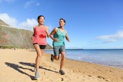 Δρομείς που τρέχουν στην παραλία - jogging ζεύγος Στοκ Εικόνα