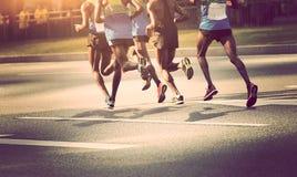 δρομείς που τρέχουν στο δρόμο πόλεων Στοκ φωτογραφία με δικαίωμα ελεύθερης χρήσης