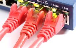 Δρομολογητής διακοπτών δικτύων με τρία κόκκινα καλώδια στοκ εικόνες
