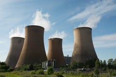 Δροσίζοντας πύργοι σταθμών παραγωγής ηλεκτρικού ρεύματος Στοκ εικόνα με δικαίωμα ελεύθερης χρήσης