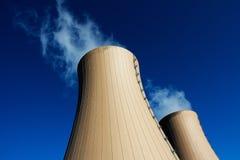Δροσίζοντας πύργοι του πυρηνικού σταθμού ενάντια στο μπλε ουρανό Στοκ εικόνες με δικαίωμα ελεύθερης χρήσης