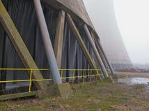 δροσίζοντας πύργος σταθμών παραγωγής ηλεκτρικού ρεύματος Στοκ εικόνες με δικαίωμα ελεύθερης χρήσης