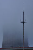 Δροσίζοντας πύργος στην ομίχλη Στοκ Εικόνα