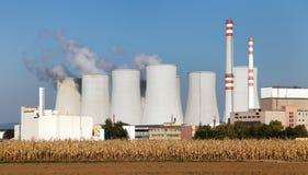 Δροσίζοντας πύργος του φυτού πυρηνικής ενέργειας Στοκ Εικόνα