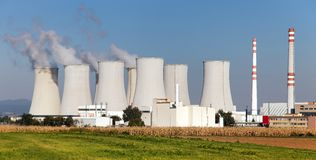 Δροσίζοντας πύργος του φυτού πυρηνικής ενέργειας Στοκ εικόνα με δικαίωμα ελεύθερης χρήσης