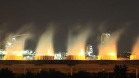 Δροσίζοντας πύργος των βιομηχανικών εγκαταστάσεων διυλιστηρίων πετρελαίου τη νύχτα, Ταϊλάνδη απόθεμα βίντεο