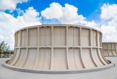 Δροσίζοντας πύργος των βιομηχανικών εγκαταστάσεων παραγωγής ενέργειας με το μπλε ουρανό Στοκ εικόνες με δικαίωμα ελεύθερης χρήσης