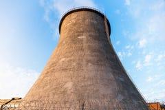 Δροσίζοντας πύργος των εγκαταστάσεων παραγωγής ενέργειας Στοκ φωτογραφία με δικαίωμα ελεύθερης χρήσης