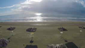Δροσίστε την εναέρια άποψη επάνω από το άχυρο parasols στεμένος στην παραλία στη Λάρνακα, Κύπρος απόθεμα βίντεο