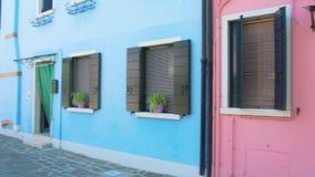 Δροσίστε την πανοραμική άποψη σχετικά με τα άνετα ζωηρόχρωμα σπίτια με flowerpots σε Burano, Βενετία φιλμ μικρού μήκους