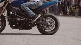 Δροσίστε τις ακροβατικές επιδείξεις σε μια μοτοσικλέτα σε μια έκθεση αυτοκινήτου μπροστά από το ακροατήριο Σχέδιο της Νίκαιας για απόθεμα βίντεο