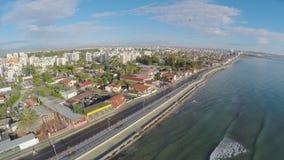Δροσίστε τον εναέριο πυροβολισμό πέρα από το ανάχωμα στην πόλη της Λάρνακας στη Κύπρο, όμορφο τοπίο απόθεμα βίντεο