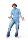 Δροσίστε το άτομο χορού σε μια ΚΑΠ και τα ακουστικά στο άσπρο υπόβαθρο στοκ φωτογραφία