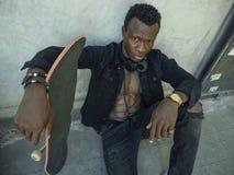 Δροσίστε το απομονωμένο πορτρέτο του νέου ελκυστικού και βέβαιου αμερικανικού ατόμου μαύρων Αφρικανών hipster που κλίνει στο σαλά στοκ φωτογραφία με δικαίωμα ελεύθερης χρήσης