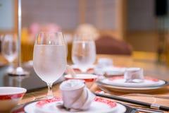 Δροσίστε το γυαλί νερού να δειπνήσει στον πίνακα Στοκ Εικόνες