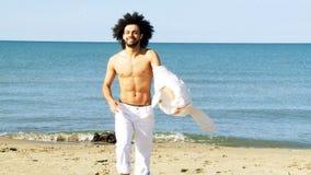 Δροσίστε το κατάλληλο άτομο που βγάζει το πουκάμισο μπροστά από τον ωκεανό φιλμ μικρού μήκους