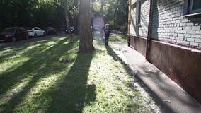 Δροσίστε το μικτό περπάτημα αγοριών έξω από το σπίτι του μετά από το σχολείο φιλμ μικρού μήκους