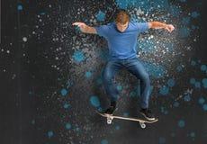 Δροσίστε το νέο skateboarder που κάνει ένα τέχνασμα ollie στοκ εικόνες