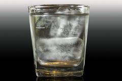 Δροσίστε το νερό με τον πάγο στο ποτήρι Στοκ εικόνα με δικαίωμα ελεύθερης χρήσης