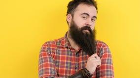 Δροσίστε hipster με τη μακριά γενειάδα απόθεμα βίντεο