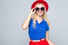 Δροσίστε hipster τη γυναίκα σπουδαστών που φορά τα eyewear γυαλιά στα ενδύματα χρώματος Καυκάσιος θηλυκός φοιτητής πανεπιστημίου  στοκ φωτογραφίες με δικαίωμα ελεύθερης χρήσης