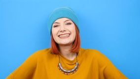 Δροσίστε hipster το χαμόγελο γυναικών στη κάμερα απόθεμα βίντεο
