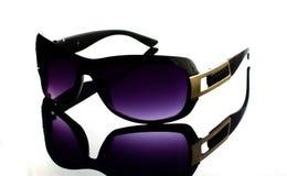 Δροσερά γυαλιά ηλίου με το μαύρο πλαστικό πλαίσιο στο άσπρο υπόβαθρο Στοκ φωτογραφίες με δικαίωμα ελεύθερης χρήσης