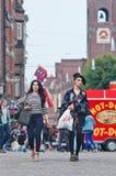 Δροσερά μοντέρνα κορίτσια στο τετράγωνο φραγμάτων, Άμστερνταμ, Κάτω Χώρες Στοκ φωτογραφία με δικαίωμα ελεύθερης χρήσης