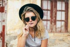 Δροσερή γυναίκα με τα γυαλιά και lollipop στοκ φωτογραφία