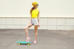 Δροσερή γυναίκα μόδας hipster με skateboard Στοκ Εικόνες