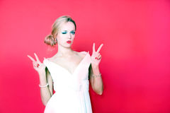 Δροσερή γυναίκα που φορά το άσπρο φόρεμα στο κόκκινο υπόβαθρο Στοκ Φωτογραφία
