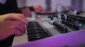 Δροσερή λέσχη συνθετών παιχνιδιού του DJ τη νύχτα, άσκηση μουσικών πριν από τη συναυλία φιλμ μικρού μήκους