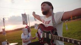 Δροσερή ορχήστρα ροκ σε έναν τομέα στο ηλιοβασίλεμα Πολύ δροσερός παρουσιάστε Μεγάλη απόδοση Πραγματικός βράχος απόθεμα βίντεο
