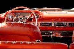 Κλασικό αυτοκίνητο με το κόκκινο εσωτερικό στοκ εικόνες