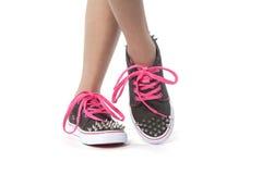 Δροσερή τοποθέτηση νέων κοριτσιών με τα νέα παπούτσια με τα στηρίγματα Στοκ φωτογραφία με δικαίωμα ελεύθερης χρήσης