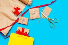 Δροσερή τσάντα αγορών, όμορφα δώρα και πράγματα για το τύλιγμα στο θόριο Στοκ φωτογραφία με δικαίωμα ελεύθερης χρήσης