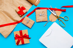 Δροσερή τσάντα αγορών, όμορφα δώρα και πράγματα για το τύλιγμα στο θόριο Στοκ Φωτογραφίες