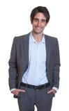 Δροσερός λατινικός επιχειρηματίας με το κοστούμι και την κοντή τρίχα Στοκ Φωτογραφίες