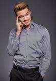 Δροσερός επιχειρηματίας που στέκεται στο γκρίζο υπόβαθρο Στοκ Εικόνες