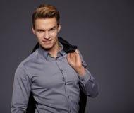 Δροσερός επιχειρηματίας που στέκεται στο γκρίζο υπόβαθρο Στοκ φωτογραφίες με δικαίωμα ελεύθερης χρήσης