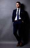 Δροσερός επιχειρηματίας που στέκεται στο γκρι Στοκ φωτογραφίες με δικαίωμα ελεύθερης χρήσης