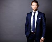 Δροσερός επιχειρηματίας που στέκεται στο γκρι Στοκ εικόνες με δικαίωμα ελεύθερης χρήσης